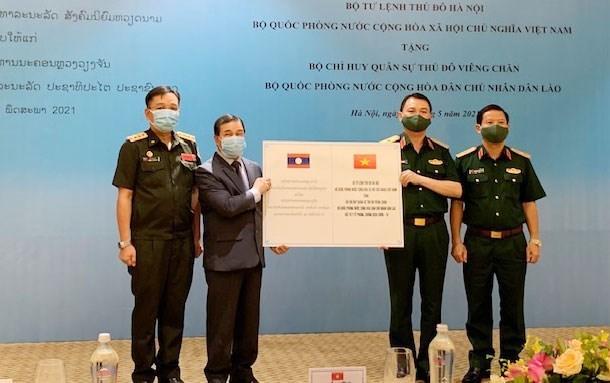 河内首都司令部向老挝万象首都军事指挥部提供防疫物资援助 hinh anh 1