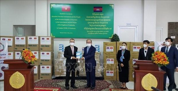 柬埔寨卫生部接受越南援助的呼吸机和医疗物资 hinh anh 1
