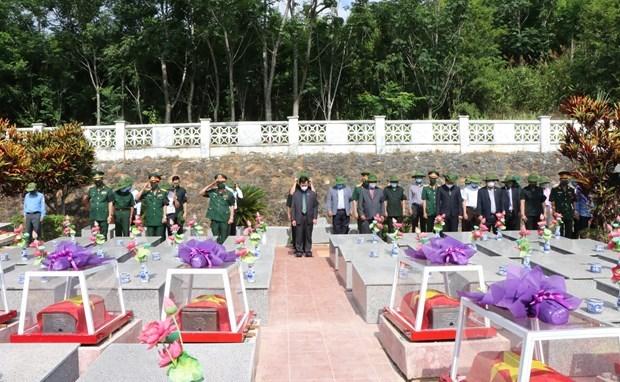 昆嵩省为援老牺牲的越南志愿军和专家烈士举行安葬仪式 hinh anh 1