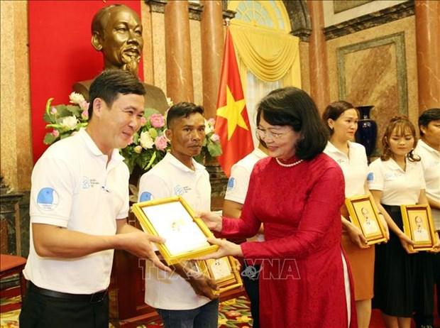 Pho Chu tich nuoc Dang Thi Ngoc Thinh gap mat gia dinh tre tieu bieu 2020 hinh anh 1