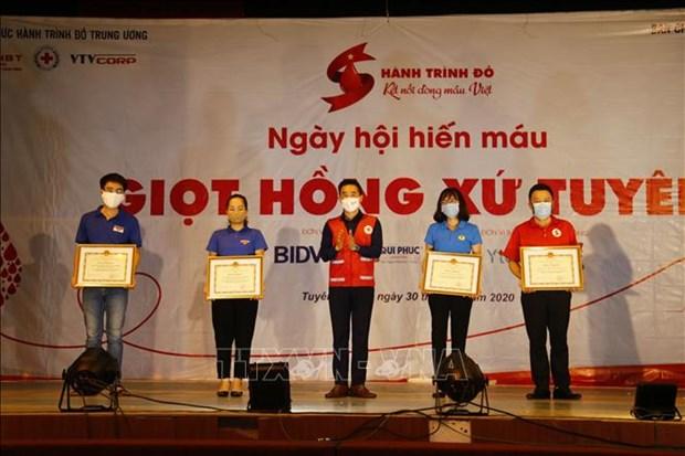 "Hon 1.000 nguoi tham gia Ngay hoi hien mau tinh nguyen ""Giot hong xu Tuyen"" hinh anh 1"