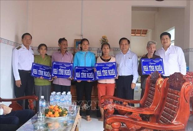 Ban giao nha tinh nghia tang ho ngheo o Phu Yen hinh anh 2
