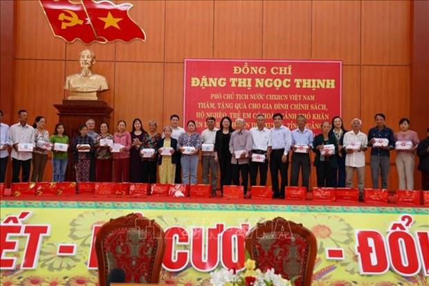 Pho Chu tich nuoc Dang Thi Ngoc Thinh tham, tang qua doi tuong chinh sach, nguoi co hoan canh kho khan tai Quang Nam hinh anh 1