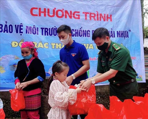 """Lan toa chuong trinh """"Doi rac thai nhua lay qua"""" noi vung cao Lai Chau hinh anh 2"""