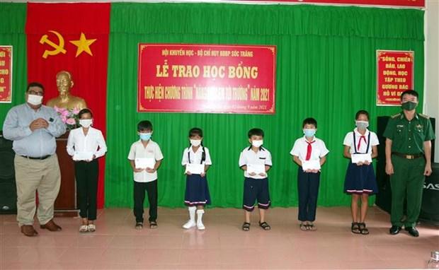 """Bo doi Bien phong Soc Trang chung tay """"Nang buoc em toi truong"""" hinh anh 1"""