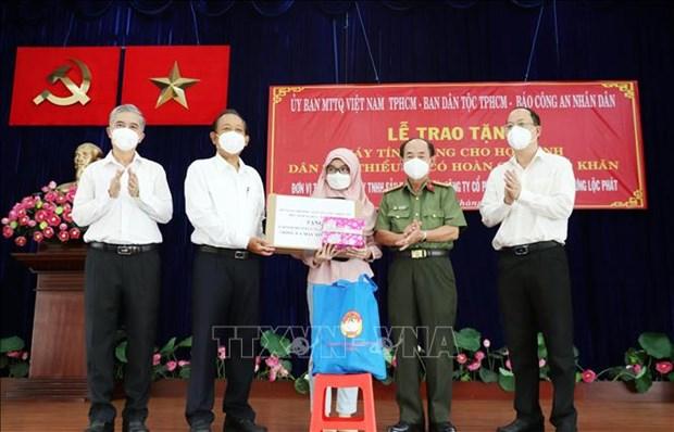 Trao tang may tinh ho tro hoc sinh dan toc Cham, Khmer o Thanh pho Ho Chi Minh hoc truc tuyen hinh anh 1