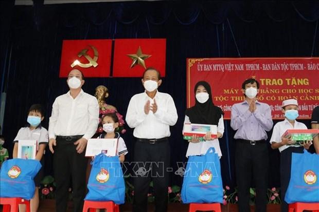 Trao tang may tinh ho tro hoc sinh dan toc Cham, Khmer o Thanh pho Ho Chi Minh hoc truc tuyen hinh anh 2