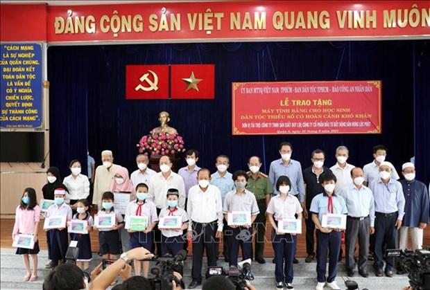 Trao tang may tinh ho tro hoc sinh dan toc Cham, Khmer o Thanh pho Ho Chi Minh hoc truc tuyen hinh anh 3