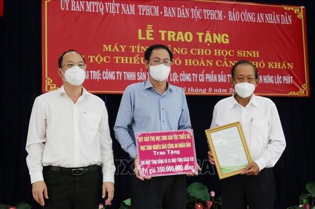 Trao tang may tinh ho tro hoc sinh dan toc Cham, Khmer o Thanh pho Ho Chi Minh hoc truc tuyen hinh anh 4