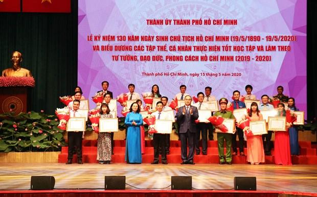 胡志明主席诞辰130周年:河内和胡志明市数百名优秀青年受表彰 hinh anh 1