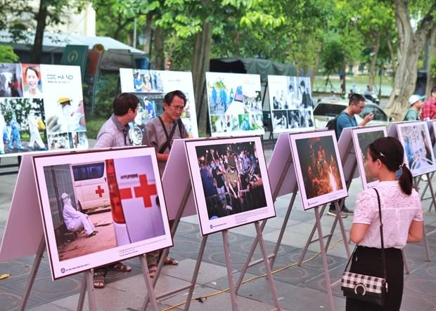 """""""疫情下的生活瞬间""""摄影展在河内举行 hinh anh 2"""