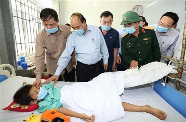 政府总理阮春福视察第9号台风的灾后重建情况 hinh anh 2