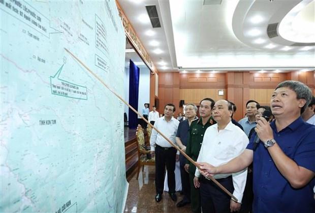 政府总理阮春福视察第9号台风的灾后重建情况 hinh anh 3