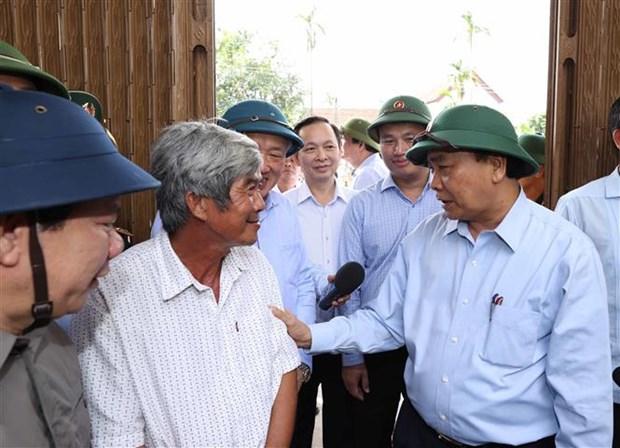 政府总理阮春福视察第9号台风的灾后重建情况 hinh anh 1