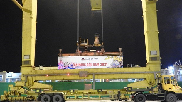 岘港港口迎接2021年新年首批货物进港 hinh anh 1