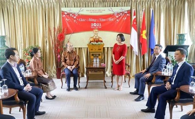 老挝驻新加坡大使馆向越南驻新加坡大使馆致以新春祝福 hinh anh 1