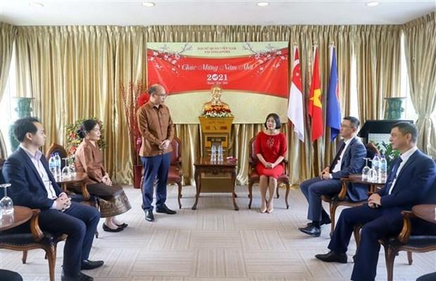 老挝驻新加坡大使馆向越南驻新加坡大使馆致以新春祝福 hinh anh 2
