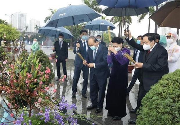 党、国家领导值此辛丑春节之际入陵瞻仰胡志明主席遗容 hinh anh 2