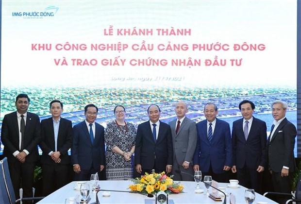 政府总理阮春福会见各国驻越总领事和跨国公司领导人 hinh anh 1